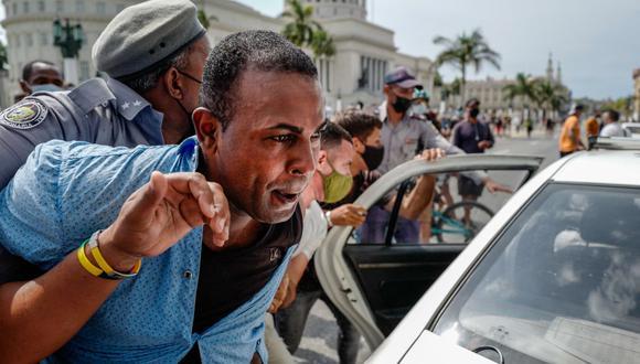 Un hombre es arrestado durante una manifestación contra el gobierno del presidente de Cuba, Miguel Díaz-Canel, en La Habana, el 11 de julio de 2021. (Foto de ADALBERTO ROQUE / AFP).