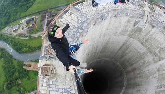 Estos jóvenes arriesgaron su vida para tomarse este selfie en la cornisa de una chimenea de 180 metros de altura en desuso en Rumania.