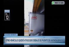Av. Brasil: camión pequeño quedó atascado debajo de puente | VIDEO