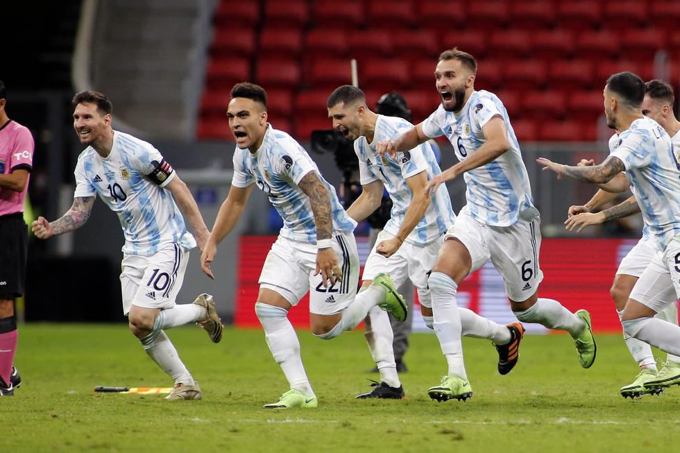 Argentine players celebrate at the end of the Conmebol 2021 Copa America football tournament semi-final match against Colombia at the Mane Garrincha Stadium in Brasilia, Brazil, on July 6, 2021. (Photo by SILVIO AVILA / AFP)