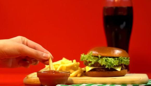 Los que proponen el consumo de alimentos bajos en carbohidratos y altos en grasas aseguran que las recomendaciones oficiales están equivocadas.