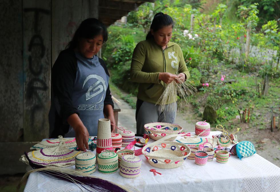 Marilú Pinedo elabora sombreros de paja bombonaje (planta típica de Alto Mayo) y otras artesanías que ofrece a los visitantes. Ella trabaja junto a otra artesana, Felícita Vega. (Foto: Lino Chipana)