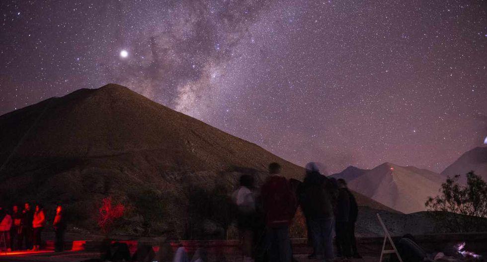 Visitantes observan el cielo nocturno durante un recorrido en el Centro de Astronomía Mamalluca en Vicuña, Chile. (Foto: AFP)