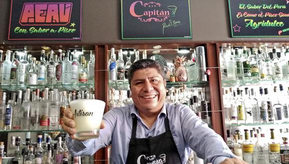 Roberto Meléndez tras la barra de su bar miraflorino.  Él comparte su receta para empezar a celebrar. (Foto: Capitán Meléndez)
