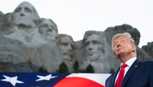 Donald Trump hace un gesto al llegar al acto por el Día de la Independencia en el Memorial Nacional Mount Rushmore en Keystone, Dakota del Sur. (Foto de SAUL LOEB / AFP).