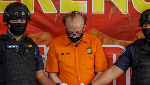 El supuesto pederasta francés Francois Camille Abello cuando fue presentado por la policía de Indonesia el pasado 9 de julio. (AFP).