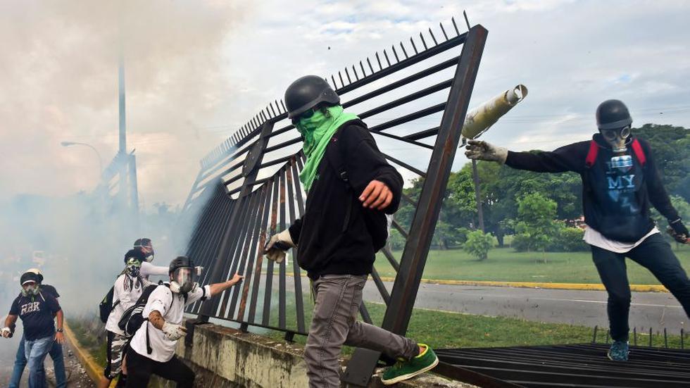 Manifestantes opositores irrumpieron en base militar de Caracas - 4