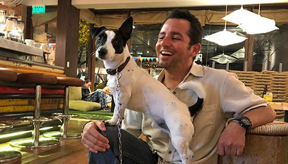Jaime Gordillo adoptó a Pancho cuando tenía 4 meses de edad. Hoy lo acompaña a muchos lugares, incluido su trabajo, el Puku Puku Café, empresa 100% 'pet friendly'. (foto: Andrea Carrión)