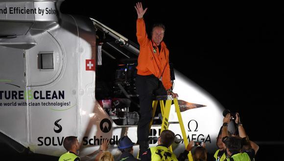 El Solar Impulse 2 solo puede transportar un piloto, por lo que Bertrand Piccard, de 58 años, y su compatriota André Borschberg, de 63 años, se turnan en cada etapa. (Foto: AFP)