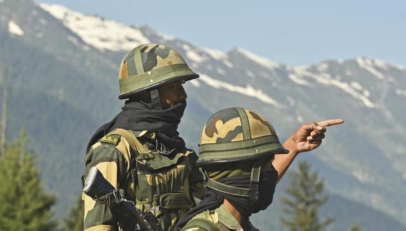 Soldados de la Fuerza de Seguridad Fronteriza de la India (BSF) vigilan una carretera que conduce hacia Leh, en la frontera con China. (Foto por Tauseef MUSTAFA / AFP).