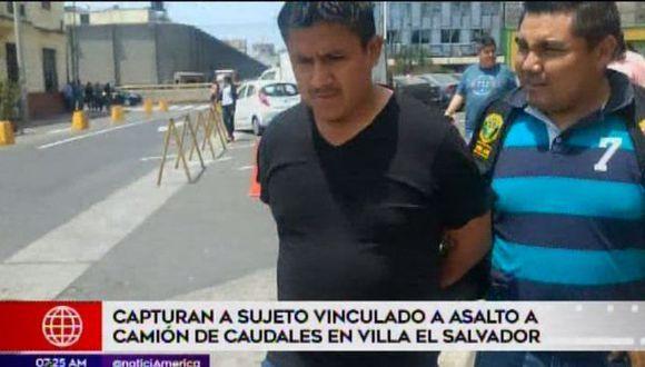 Iván Cuadros Bedón fue intervenido por los agentes cuando conducía un auto en SJL. (Foto: Captura América Noticias)