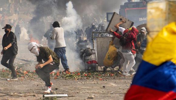 Manifestantes chocan con miembros de las fuerzas de seguridad durante una protesta contra la agresión sexual por parte de la policía y el exceso de fuerza pública contra protestas pacíficas, en Popayán, Colombia. (Foto: REUTERS / James Fabián Díaz).