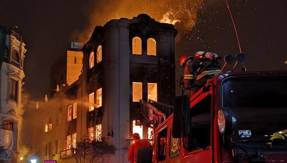 El incendio del sábado se inició en una pollería dentro del edificio. Ayer los bomberos removían escombros. (USI)