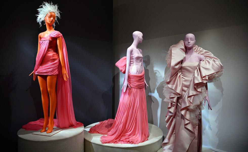 El diseñador italiano Giambattista Valli exhibió su nueva colección de Primavera/Verano 2020 totalmente gratuita en París. Recorre la galería para conocer más detalles. (Foto: AFP)