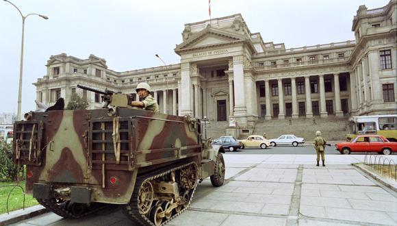 Tropas del Ejército peruano custodian la entrada principal del Palacio de Justicia el 7 de abril de 1992, dos días después de que el presidente Alberto Fujimori anunciara a fines del 5 de abril la disolución del Congreso y la suspensión de la Constitución. (Photo by JAIME RAZURI / AFP)