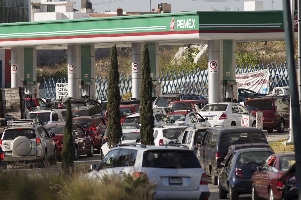 24 de diciembre de 2016. Al menos una decena de estados de México padecieron un serio problema de desabastecimiento de gasolina. Pemex atribuía el problema a las tomas clandestinas. (EFE)
