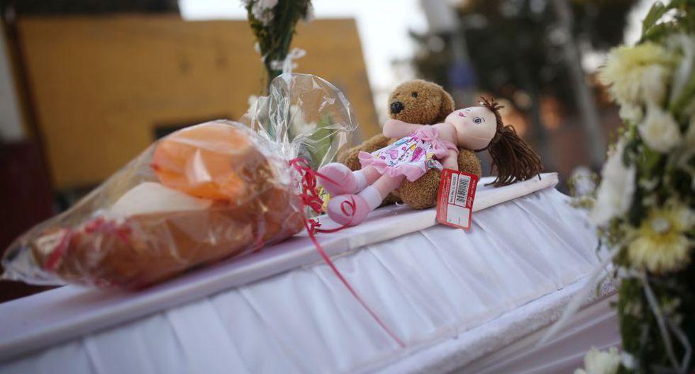 Se ven juguetes encima del ataúd de Fátima Cecilia Aldrighett, de siete años. (Foto: Reuters).