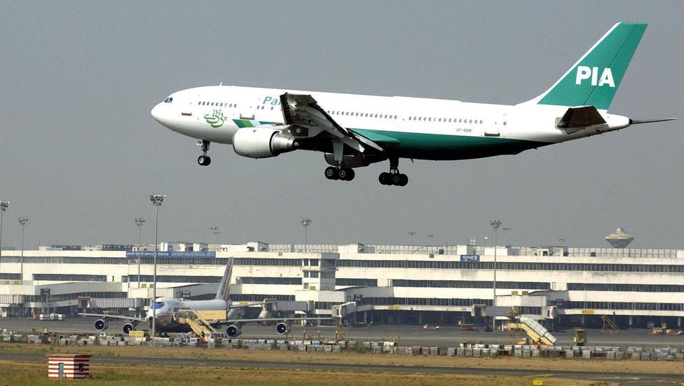 Pasajera de Pakistan International Airlines (PIA) abre la puerta de emergencia del avión pensando que era la del baño y retrasa el vuelo 7 horas. (Foto referencial, AFP).