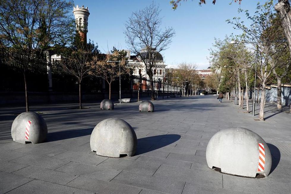 Vista de la cuesta de Moyano de Madrid que, al igual que el resto de España, vive este lunes su primer día laboral de aplicación del decreto de alarma, que supone entre otras medidas la restricción de la movilidad, lo que disminuye de nuevo notablemente el tráfico y la circulación de personas. (EFE / Mariscal)