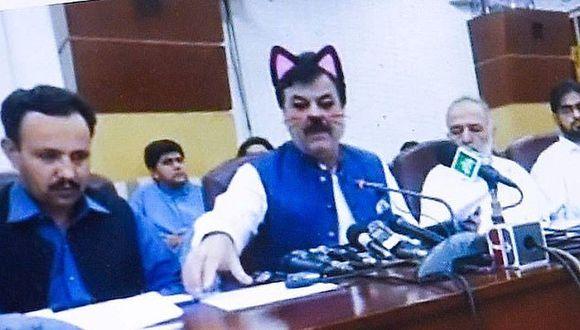 Pakistán: Ministro aparece en transmisión de  Facebook Live con orejas y bigotes de gato.