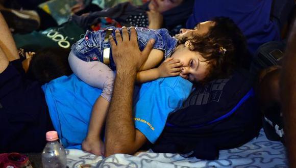 """Sufrimiento en estación de Budapest: """"Mi hijo está muy cansado"""""""
