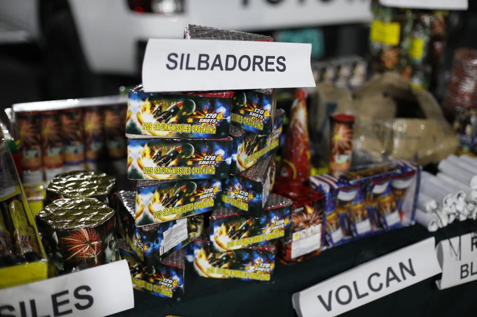 Personal de la Policía Nacional del Perú incautó la noche del último miércoles cientos de pirotécnicos en un local que los comercializaba sin autorización en la calle 9 de octubre en el distrito del Rímac. (Foto: César Bueno @photo.gec)
