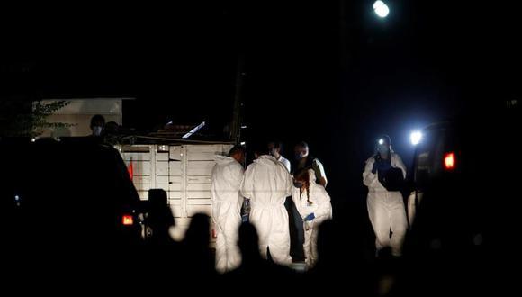 Fotografía del 27 de febrero de 2021 que muestra peritos forenses laborando en la zona del crimen donde se registró un tiroteo en el municipio de Tonalá, en Jalisco, México. (EFE/ Francisco Guasco/Archivo).