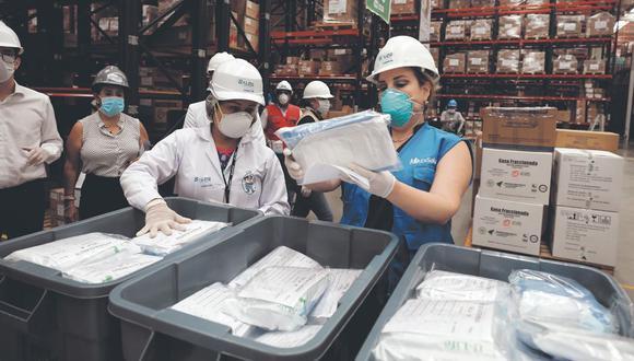 La presidenta ejecutiva de Essalud, Fiorella Molinelli (chaleco azul), aprobó la compra de pruebas rápidas a la empresa Aionia. La contraloría investiga la adquisición. (Foto: Essalud)