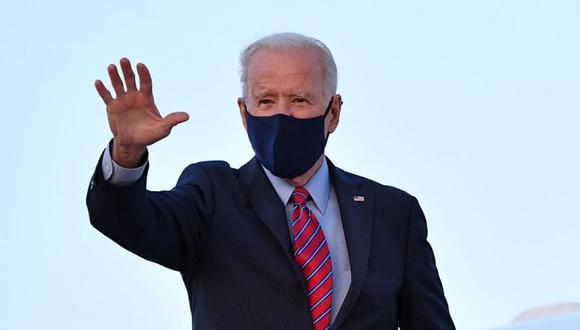 El presidente de los Estados Unidos, Joe Biden, saluda mientras aborda el Air Force One antes de partir de la Base de la Fuerza Aérea Andrews en Maryland el 5 de febrero de 2021. (Foto: AFP / MANDEL NGAN).