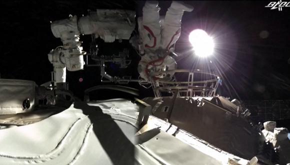 Esta captura de pantalla hecha a partir de un video publicado por la emisora estatal china CCTV muestra al astronauta chino Liu Boming saliendo de la nueva estación espacial Tiangong de China en órbita alrededor de la Tierra el 4 de julio de 2021. (Photo by - / CCTV / AFP)