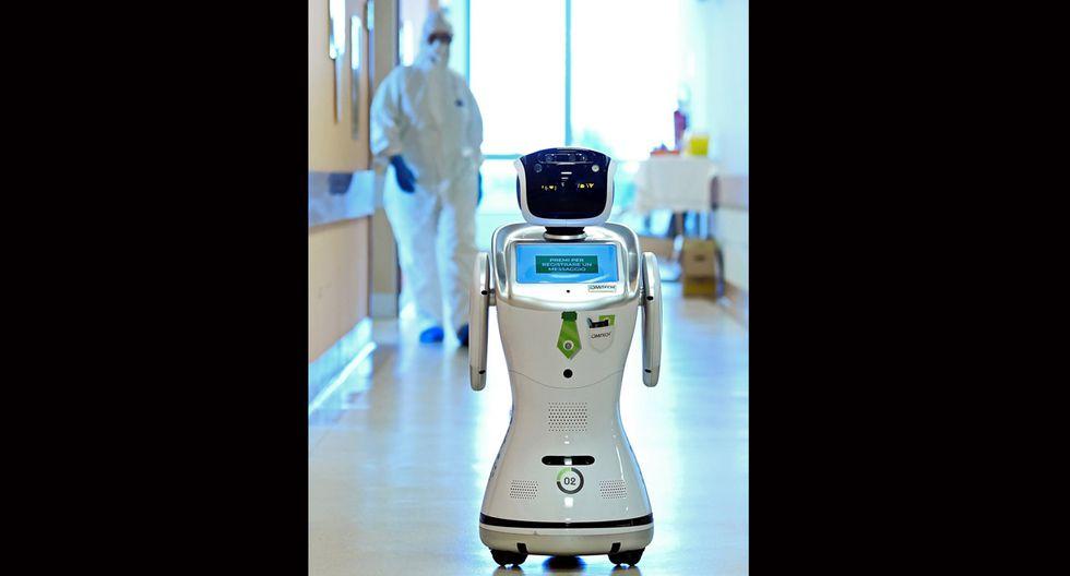 Los robots también permiten limitar la cantidad de máscaras protectoras y batas que el personal médico debe usar. (Foto: Reuters/Flavio Lo Scalzo)