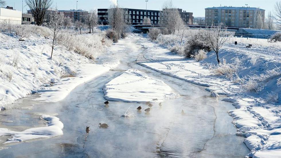 El río Chico congelado a su paso por Ávila, provincia en la que se han registrado temperaturas de hasta 16 grados bajo cero en algunos puntos. (EFE/ Raúl Sanchidrián).