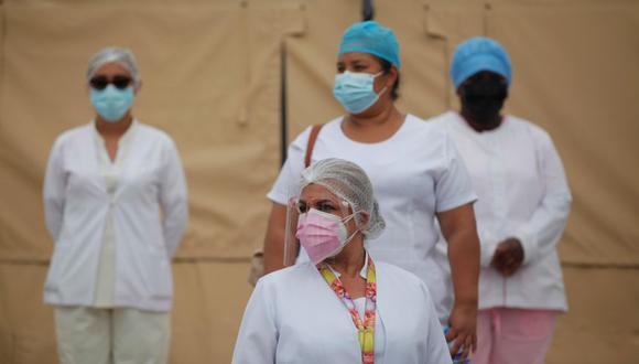Personal médico del Ministerio de Salud de Panamá (MINSA) se prepara para recibir pacientes con COVID-19, en un hospital campaña situado en La Chorrera. (Foto: EFE / Bienvenido Velasco)