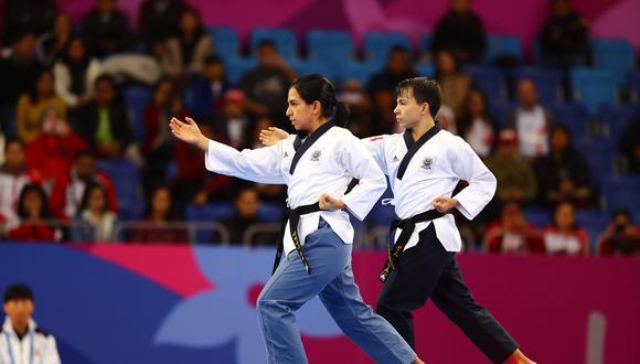 Ariana Vera y Renzo Saux realizan su rutina en la final de Taekwondo en la modalidad de Poomsae Pares Mixtos en el polideportivo Callao por los Juegos Panamericanos Lima 2019 (Foto: Daniel Apuy / El Comercio)