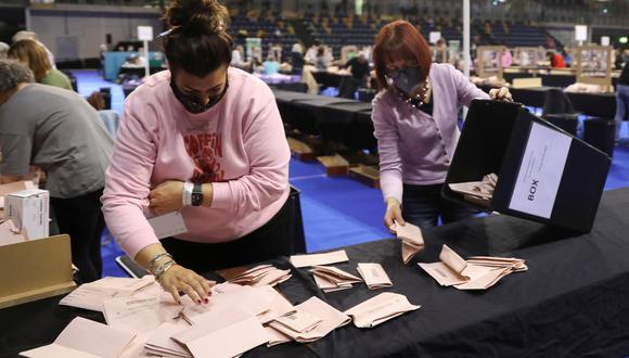 En Escocia, personas termina de contar los votos de las elecciones parlamentarias. REUTERS