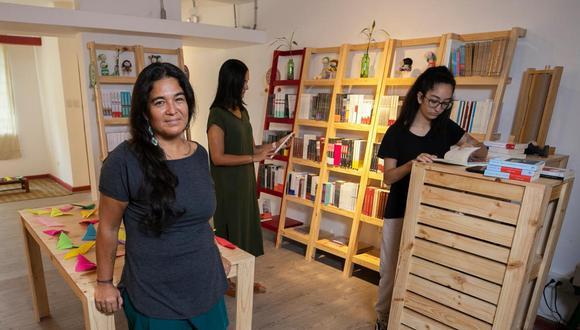 Verónica Villarán en su recién inaugurada librería. Placeres Compulsivos está dedicada a la escritura femenina y debe su nombre a la cuenta de Instagram de su dueña.
