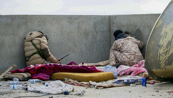Los combatientes leales al Gobierno de Acuerdo Nacional (GNA) de Libia, reconocido internacionalmente, vigilan el techo de un edificio en una zona al sur de la capital libia, Trípoli. (Foto: AFP)