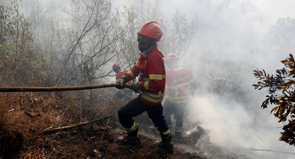 El fuego está activo en las colinas situadas sobre la costa del Algarve, un área popular entre los turistas que llegan a esta zona de Portugal por sus aguas termales. El humo era visible desde la costa. (Foto: Reuters)