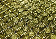 Oro sube por aumento de temores sobre COVID-19 mientras inversores esperan minutas de la Fed