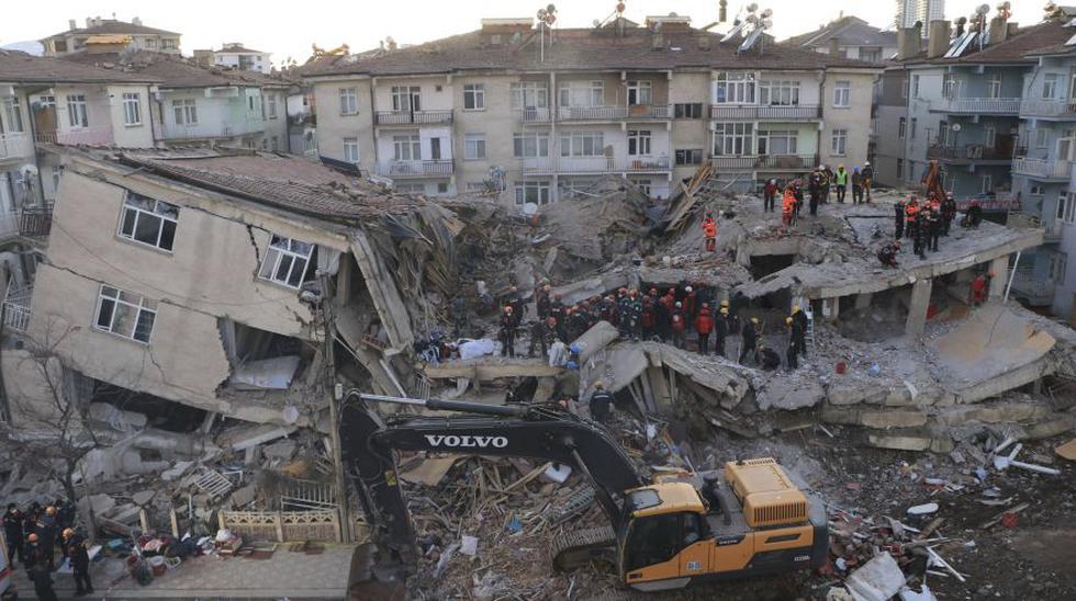El potente terremoto de magnitud 6,8 que azotó el viernes la ciudad de Elazig, al sureste de Turquía, ha dejado hasta el momento 29 muertos y cuantiosos daños materiales. Las autoridades temen que una decena de personas aún estén atrapadas bajo los escombros de tres edificios derrumbados. (Foto: AP)