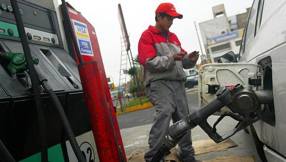 Los precios de los combustibles y de los autos nuevos se encarecieron en junio por el alza del ISC. (Foto: El Comercio)