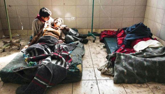 Luz de vida. La cámara de Luis Choy captó a esta pareja tendida en un hospital de Pisco. Se llaman Olivia Saavedra y Dante Anchante, son esposos y sobrevivientes.