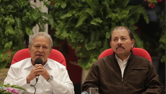 El entonces presidente de El Salvador, Salvador Sánchez Ceren (izquierda) habla junto al mandatario de Nicaragua, Daniel Ortega, el 25 de agosto de 2014. (AFP FOTO / Inti OCON).