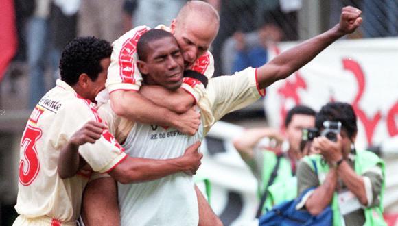Esidio, Piero Alva y Gustavo Grondona, en los años del tricampeonato. Se acabaron los abrazos así en el fútbol. (Foto: Rolly Reyna / GEC)