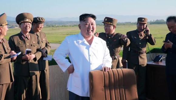 Kim Jong-un, líder del gobierno norcoreano, junto a altos mandos militares durante una prueba de un sistema contra ataques antiaéreos a fines de mayo de este año. (Foto: Reuters)