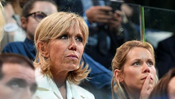 Tipaine Auzières junto a su madre, Brigitte Macron, que ha sido atacada por el presidente de Brasil Jair Bolsonaro. (AFP).