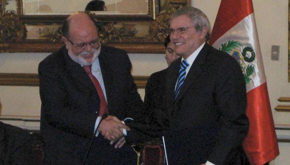 Luis Castañeda Lossio y el entonces presidente de OAS, Leo Pinheiro, tras firmar contrato de Línea Amarilla en el 2009. (Archivo El Comercio)