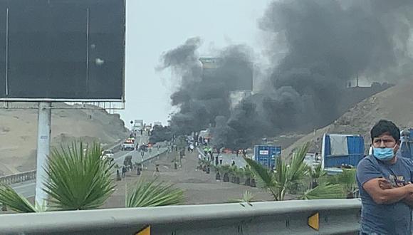 Paro de taxis colectivos: bloquean carretera Panamericana Sur a la altura de Pucusana. (Foto: Twitter)