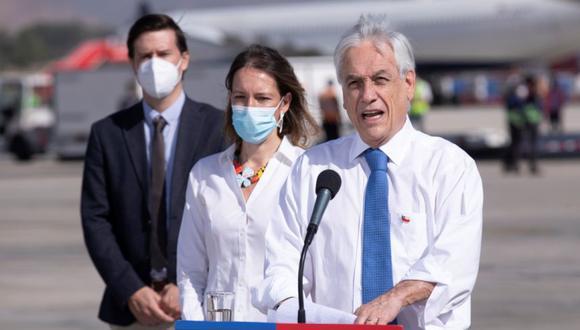 El presidente de Chile, Sebastián Piñera (derecha), ofrece una rueda de prensa durante la llegada de vacunas chinas Sinovac, en el aeropuerto de Santiago (Chile). (Foto: Archivo/EFE/ Alberto). Valdés