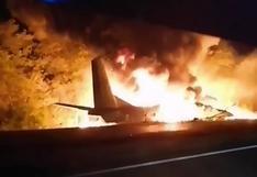 Avión militar se estrella en Ucrania y deja al menos 22 muertos | VIDEOS